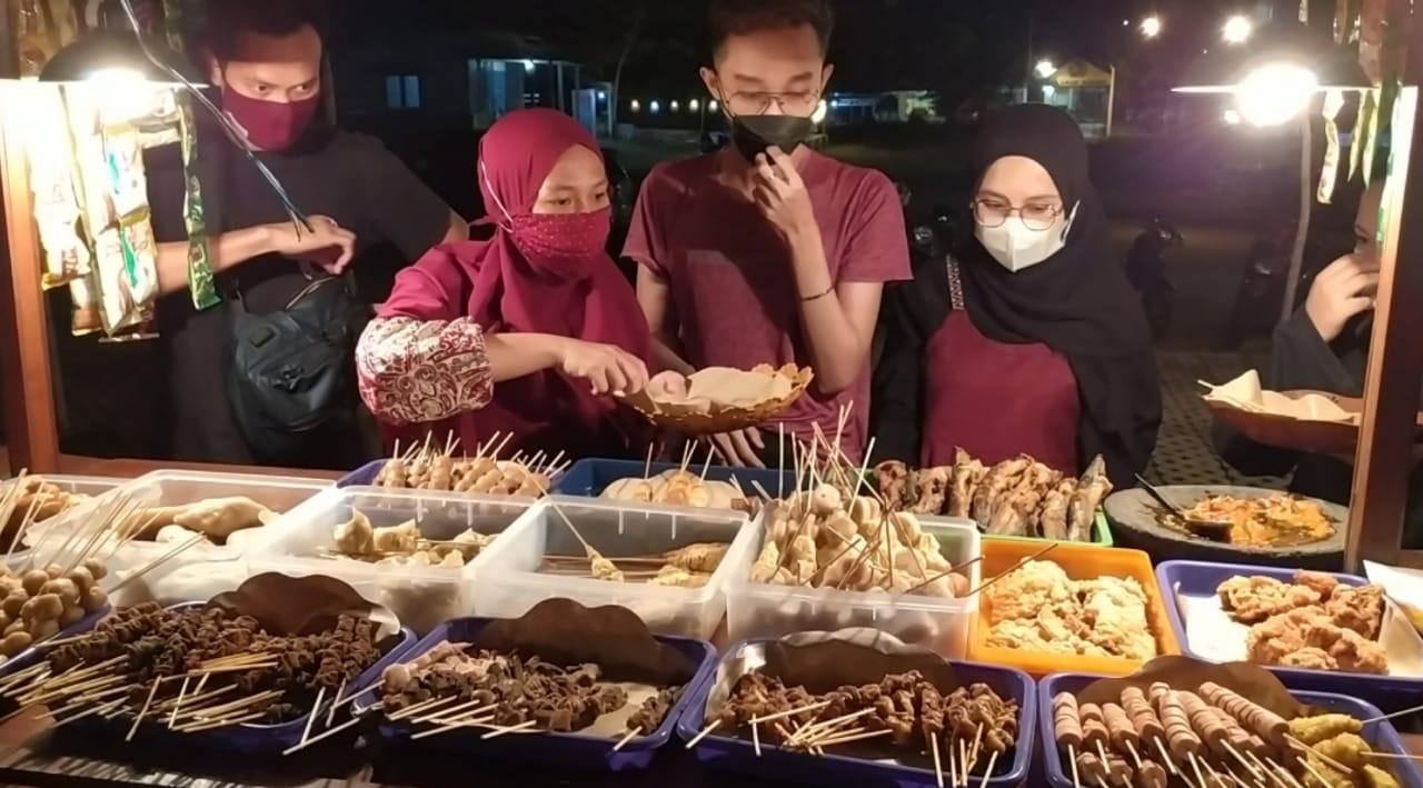 Pengunjung tampak sedang memilih aneka makanan yang disajikan Angkringan Diee