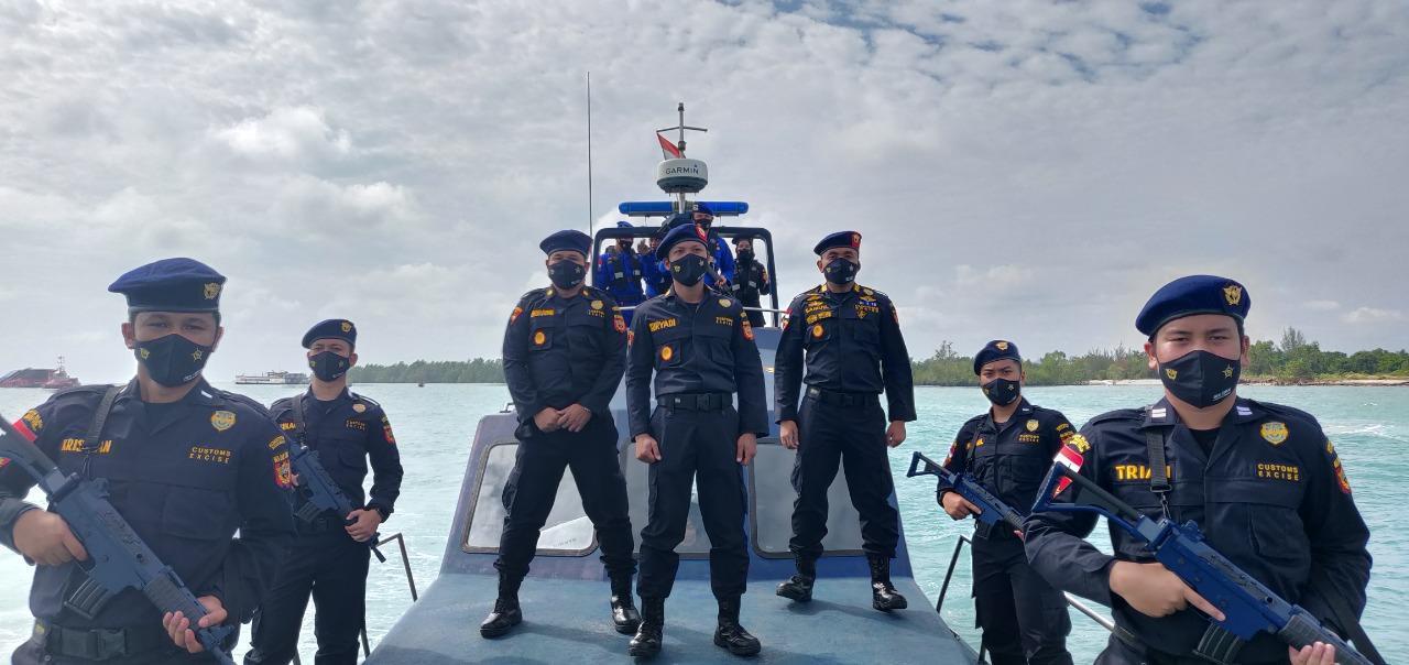 KPPBC Tipe Madya Pabean C Kota Pangkalpinang melaksanakan patroli rutin bersama Direktorat Kepolisian Perairan dan Udara Polda Babel.(foto: bambang).
