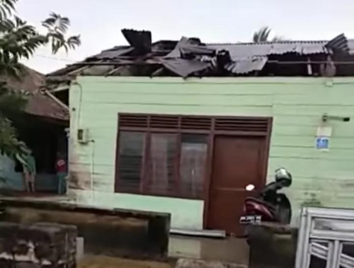 Salah satu rumah warga Toboali yang mengalami rusak parah akibat diterjang puting beliung