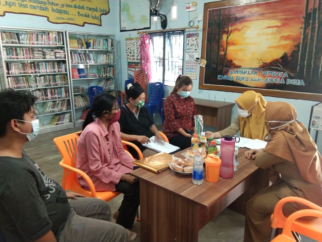 Pustakawan DKPUS Provinsi Babel saat melakukan pembinaan persiapan akreditasi Perpustakaan Bintang Desa Rebo, Kecamatan Sungailiat, Kabupaten Bangka, Selasa (2/3/2021). (foto: ist).