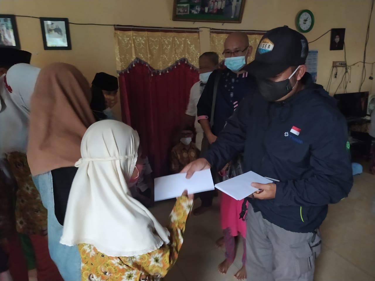 Penyerahan santunan kepada anak yatim piatu dan lansia di Yayasan Muslim Toboali
