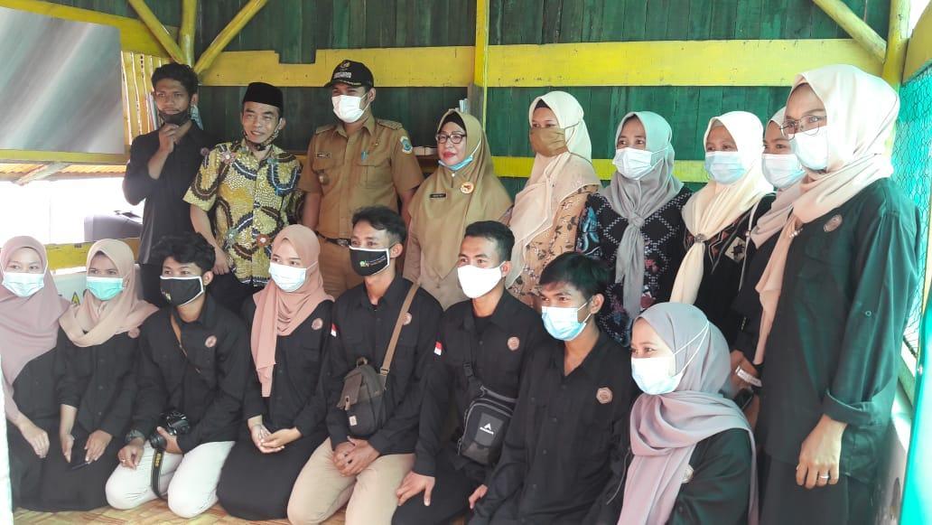 Rektor, Mahasiswa KKN Unmuh dan Pustakawan DKPUS Babel foto besama usai peresmian Pondok Baca di Kampung Air Asin.(foto: ist).