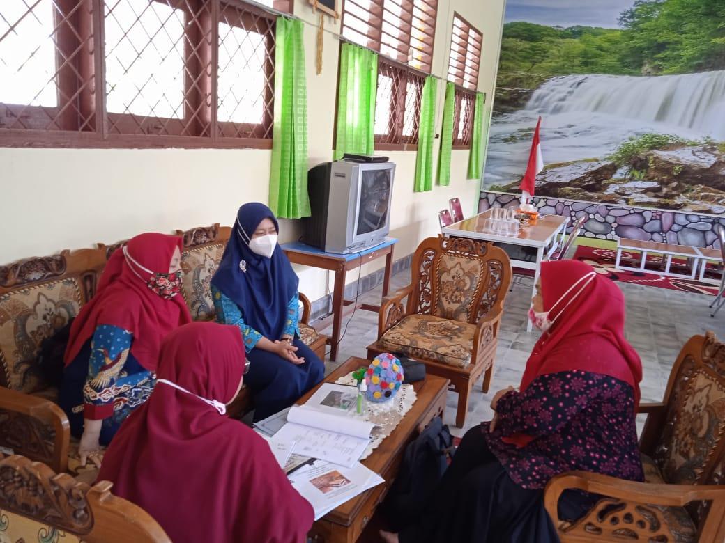 Pustakawan DKPUS Babel saat memberikan pembinaan akreditasi perpustakaan SMAN 1 Belinyu, Kamis (4/3/2021).(foto: ist).