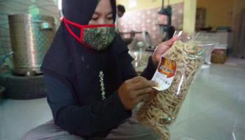Berkat Bantuan Modal dari  PT Timah, Yuliana Eksis Pasarkan Produk